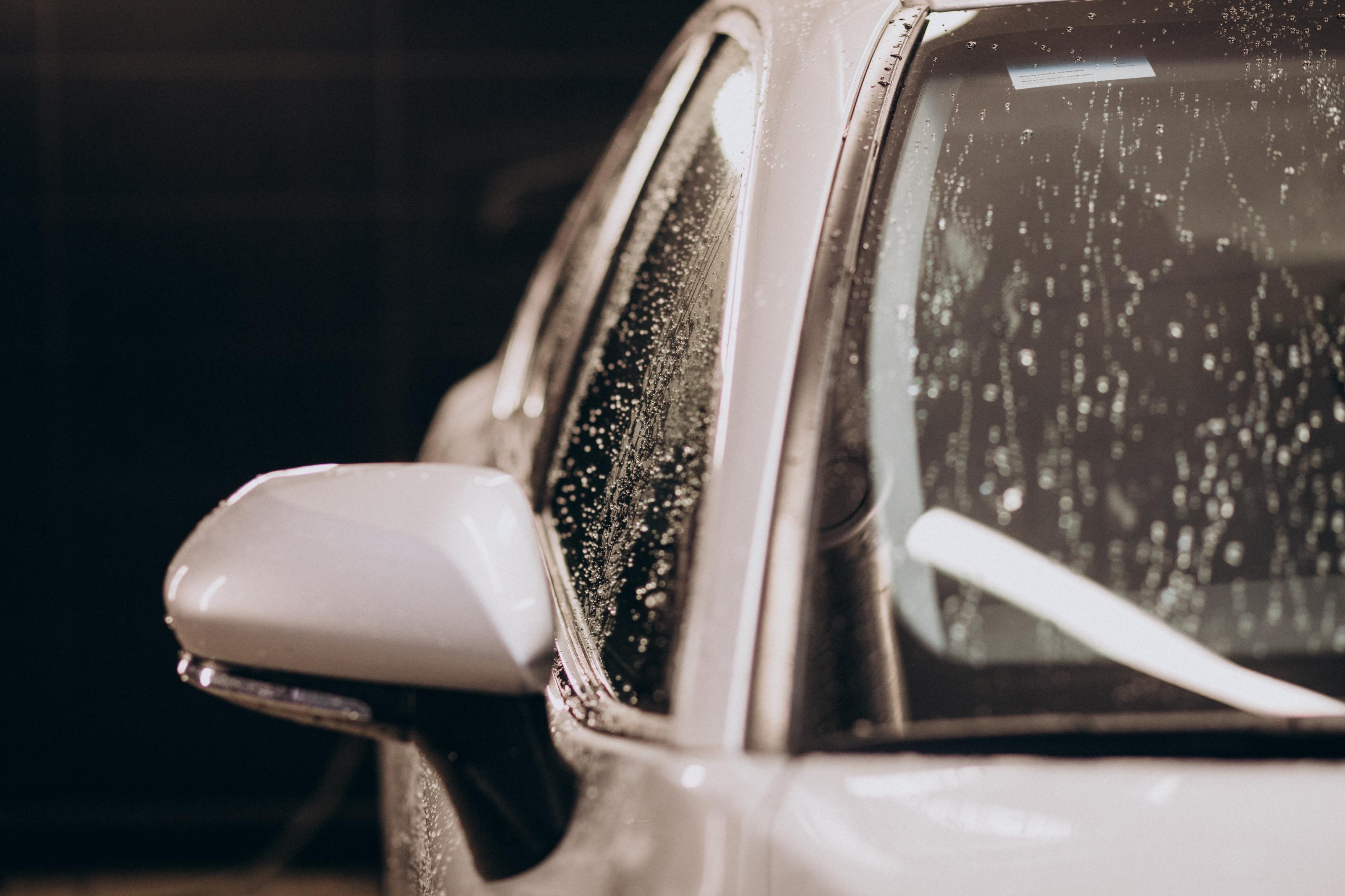 Czyszczenie karoserii samochodowej jesienią - na co zwrócić uwagę
