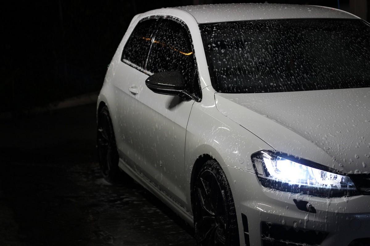 Efektywne mycie samochodu na myjni bezdotykowej
